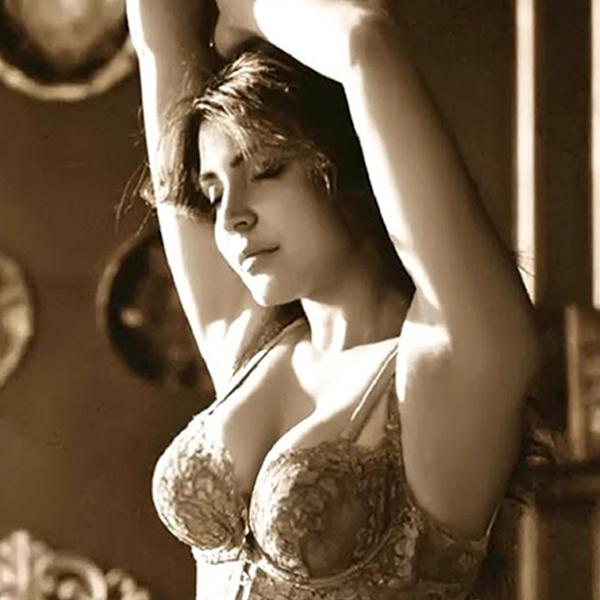 Hot and sexy Anushka Sharma in bra